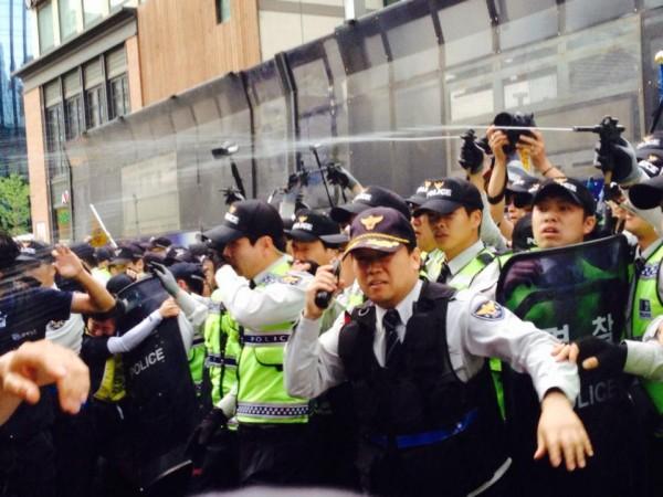 자결한 삼성전자서비스 염호석 분회장 추모집회에 최루액을 난사하는 경찰(사진=장여진)