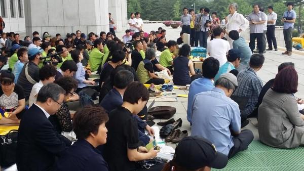 국회 본청 앞에서 농성하는 세월호 유가족들(사진=조연희님 페이스북)