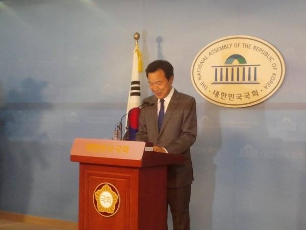 손학규 전 의원의 정계은퇴 기자회견(사진=유하라)