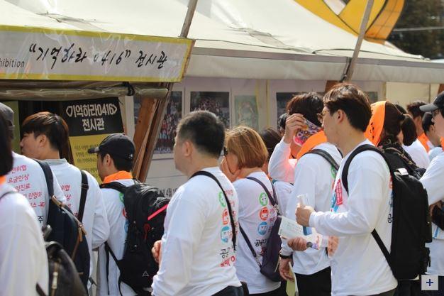 세월호 영정사진 및 전시장 둘러보는 조합원들