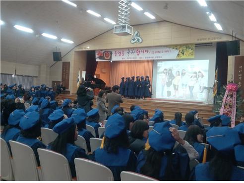 졸업식장은 아이들의 재잘거림과 웃음으로 왁자했다