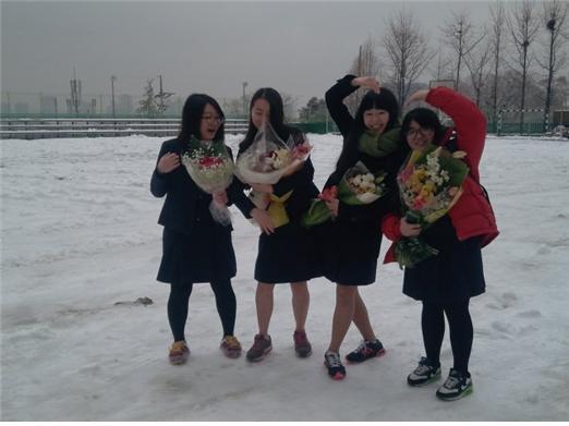사진2, 아이들은 눈 덮인 교정에서 장난치며 졸업사진을 찍었다. 왼쪽부터 누리, 유진, 득영, 세은