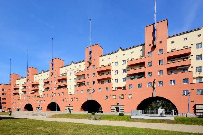 칼막스호프Karl Marx Hof 1920년대 붉은 비엔나 당시에 지어진 공공주택 중에 유일하게 남아 있는 건물이다. 현재도 비엔나는 공공주택이 15% 이상을 차지하고 있다.