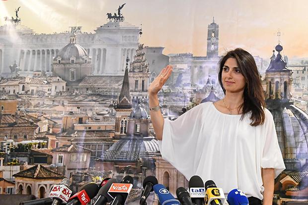 기자회견하는 사상 첫 여성 로마 시장